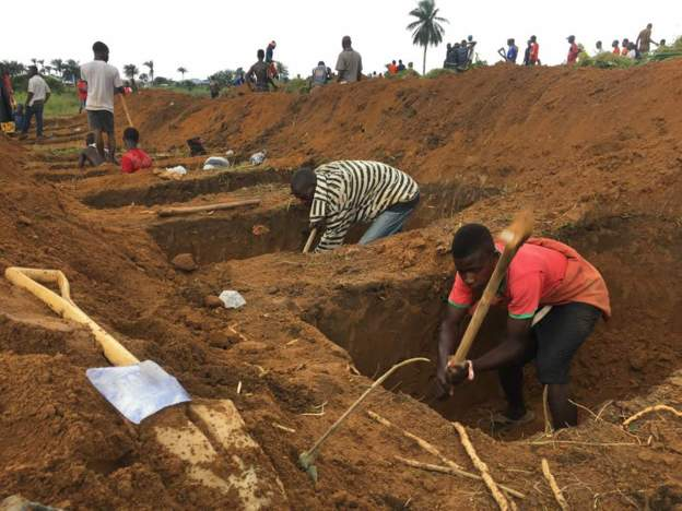 PICTURE: Sierra Leone buries victims of mudslide